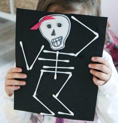 DIY Halloween: Wattestäbchen-Skelettbild